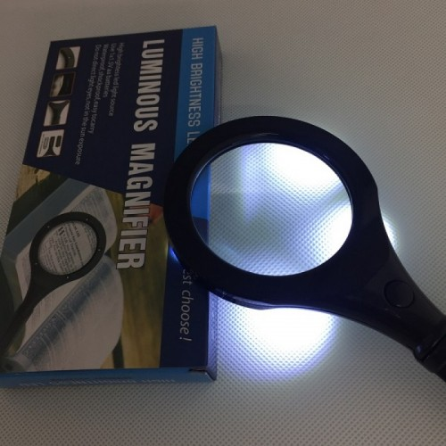 Handheld 3.5 x LED magnifier with 70 mm diameter for senior citizens and students